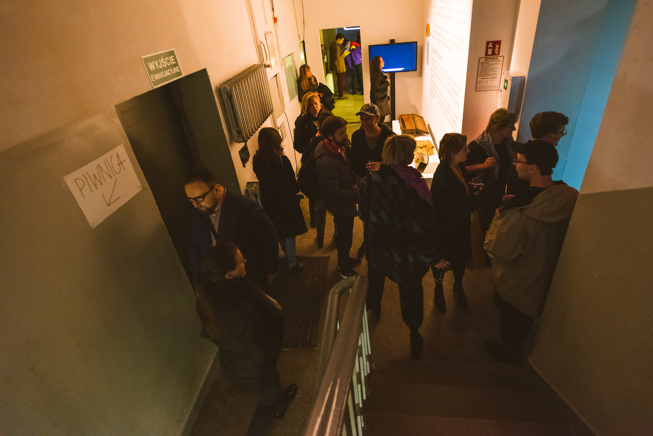 """Uczestnicy i uczestniczki wernisażu wystawy """"SKIP THE LINE!"""""""